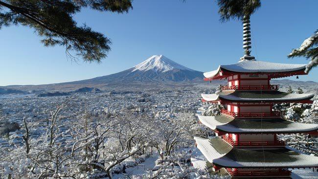 雪化粧の五重塔と富士山