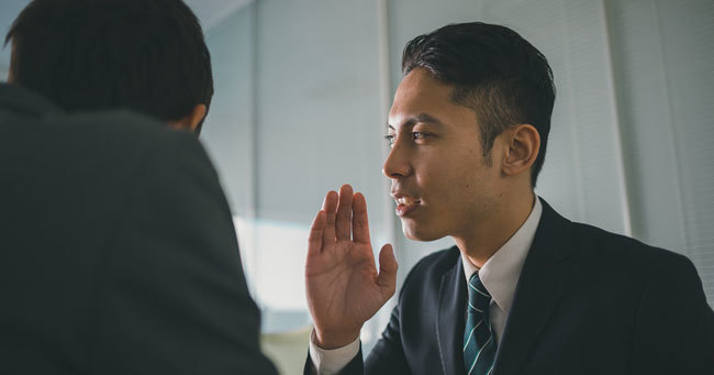 部長の「盗聴」で社員が続々と退職、社内の悪口チェックは許されるか